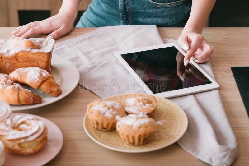 自创烘烤的女性烹调爱好酥皮点心 库存图片