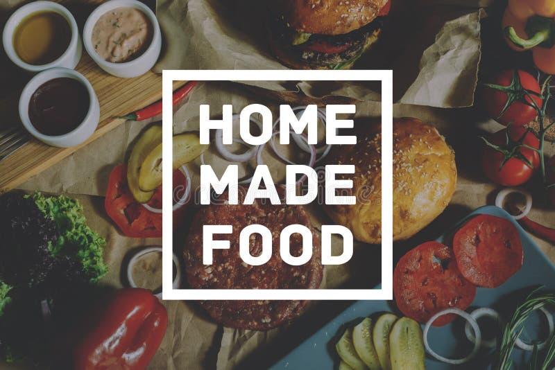 自创烹调食物概念 在成份的题字烹调的汉堡背景 免版税库存照片