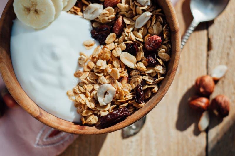 自创燕麦粥格兰诺拉麦片用花生、蓝莓和香蕉 库存照片