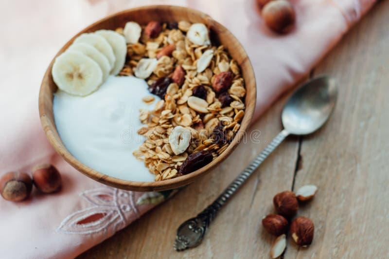 自创燕麦粥格兰诺拉麦片用花生、蓝莓和香蕉 库存图片