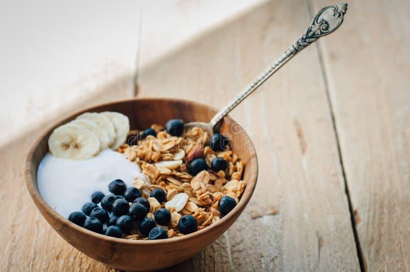 自创燕麦粥格兰诺拉麦片用花生、蓝莓和香蕉 免版税库存照片