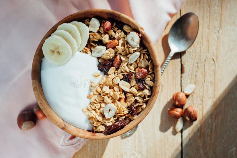 自创燕麦粥格兰诺拉麦片用花生、蓝莓和香蕉 免版税库存图片