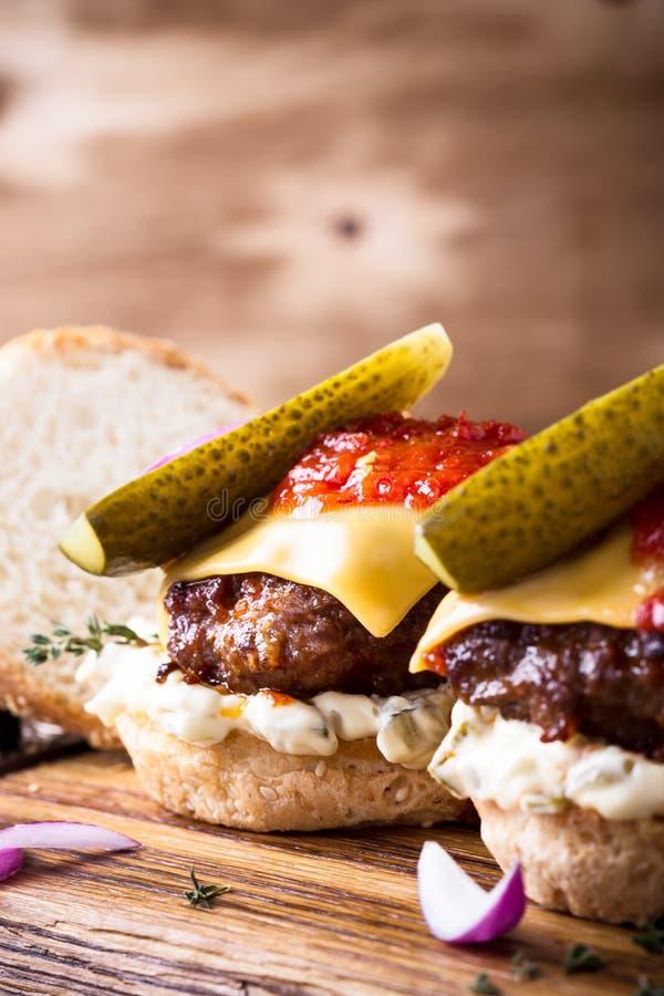 自创牛肉汉堡用腌汁 免版税图库摄影