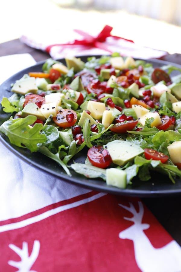 自创素食主义者芝麻菜芒果蕃茄和石榴沙拉 免版税图库摄影
