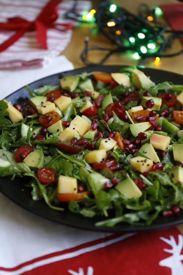自创素食主义者芝麻菜芒果蕃茄和石榴沙拉 库存图片
