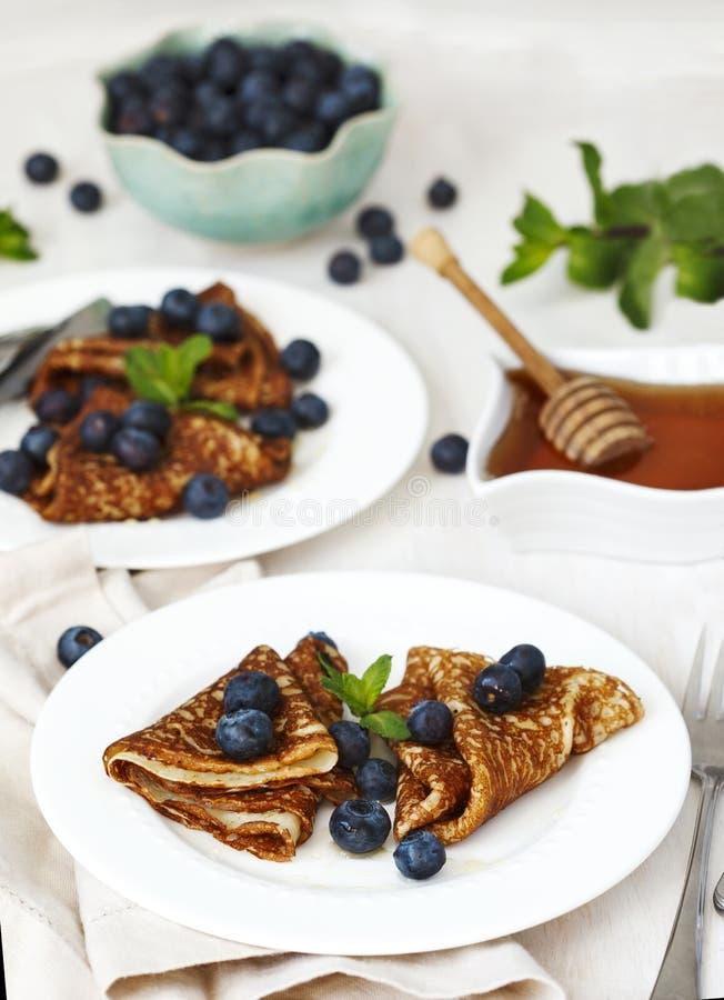 自创绉纱用蓝莓和蜂蜜 免版税图库摄影
