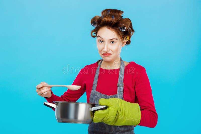 自创膳食的好的妇女doesn ` t llike气味晚餐的 免版税库存图片