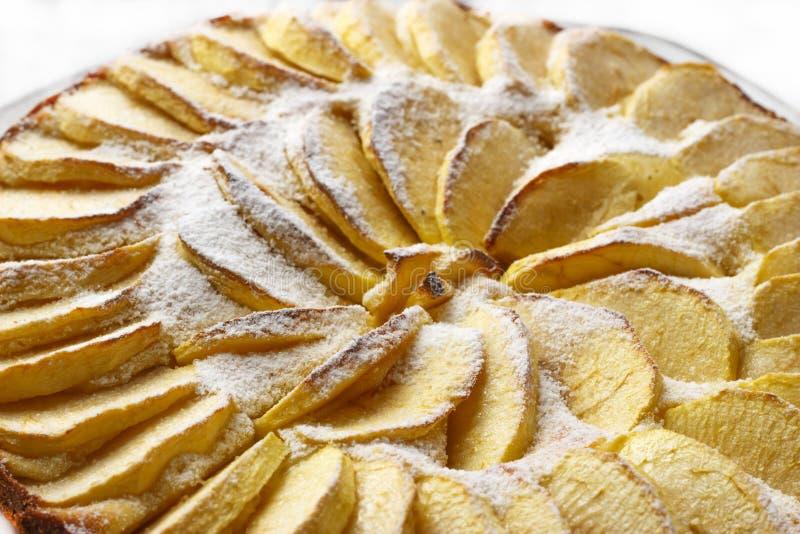自创苹果饼拂去灰尘用在白色背景的糖粉 免版税库存照片