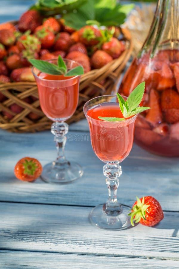 自创草莓利口酒用薄菏 免版税库存图片