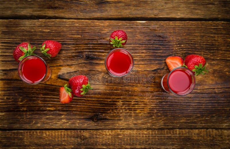 自创草莓利口酒 免版税库存照片