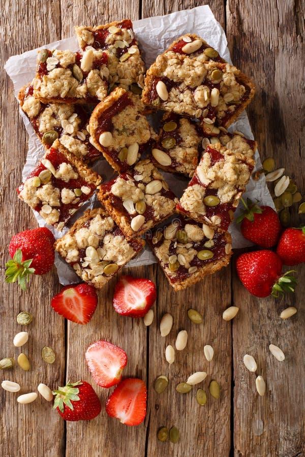 自创草莓酒吧用燕麦粥、花生和南瓜籽 免版税库存图片