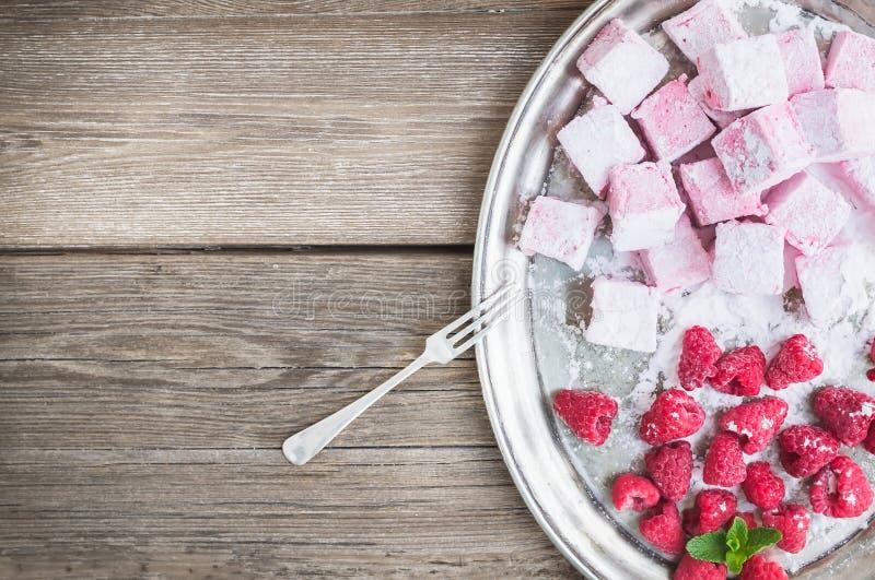 自创莓蛋白软糖用新鲜的莓和糖 免版税图库摄影