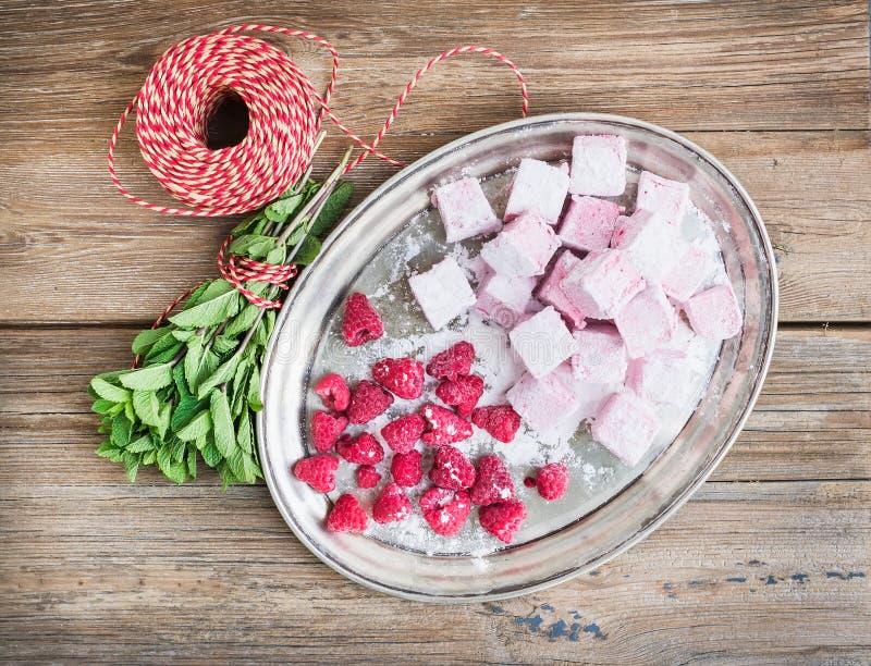 自创莓蛋白软糖用新鲜的莓,糖战俘 免版税库存照片