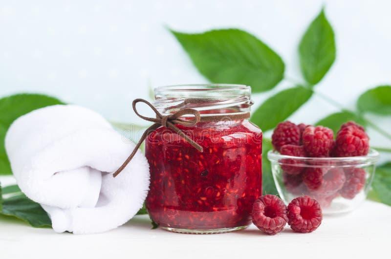 自创莓面孔和身体面具/在一个玻璃瓶子洗刷 DIY化妆用品和温泉 库存照片