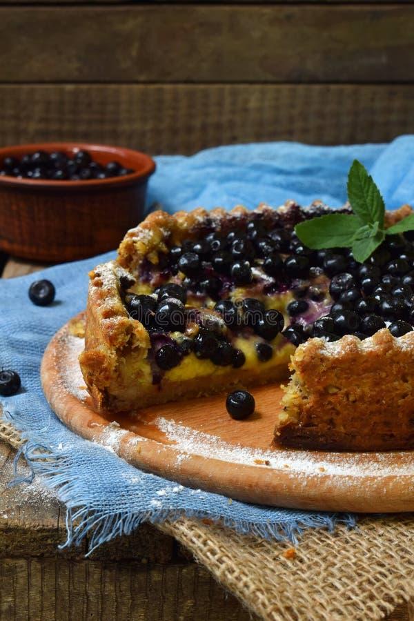 自创蓝草莓饼用在脆饼面团的乳蛋糕 莓果蛋糕 库存照片