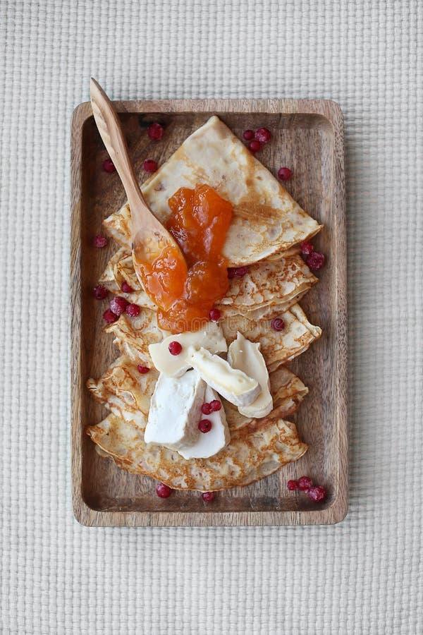 自创薄煎饼用杏子果酱和咸味干乳酪 r 免版税库存图片