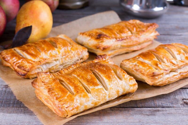 自创蛋糕和油酥点心用苹果和焦糖 库存照片