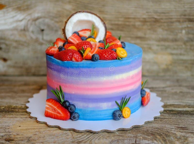 自创蛋糕用草莓、蓝莓和椰子 库存照片