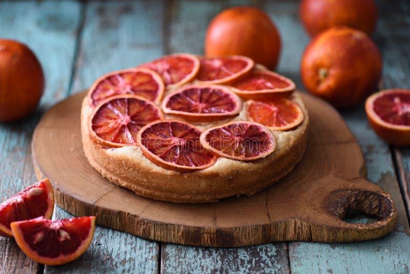 自创蛋糕的果子 与血橙切片的圆形蛋糕在橡木 免版税库存照片