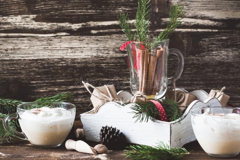 自创蛋黄乳和桌装饰,圣诞节假日款待 库存图片