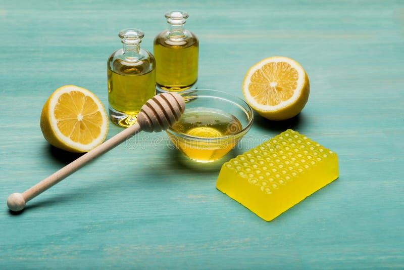 自创蜂蜜肥皂、柠檬、精油和蜂蜜与蜂蜜浸染工 免版税图库摄影