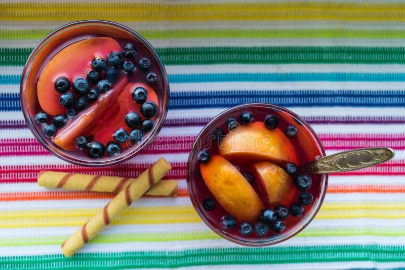 自创蜜饯用苹果和黑莓,顶视图 免版税库存照片