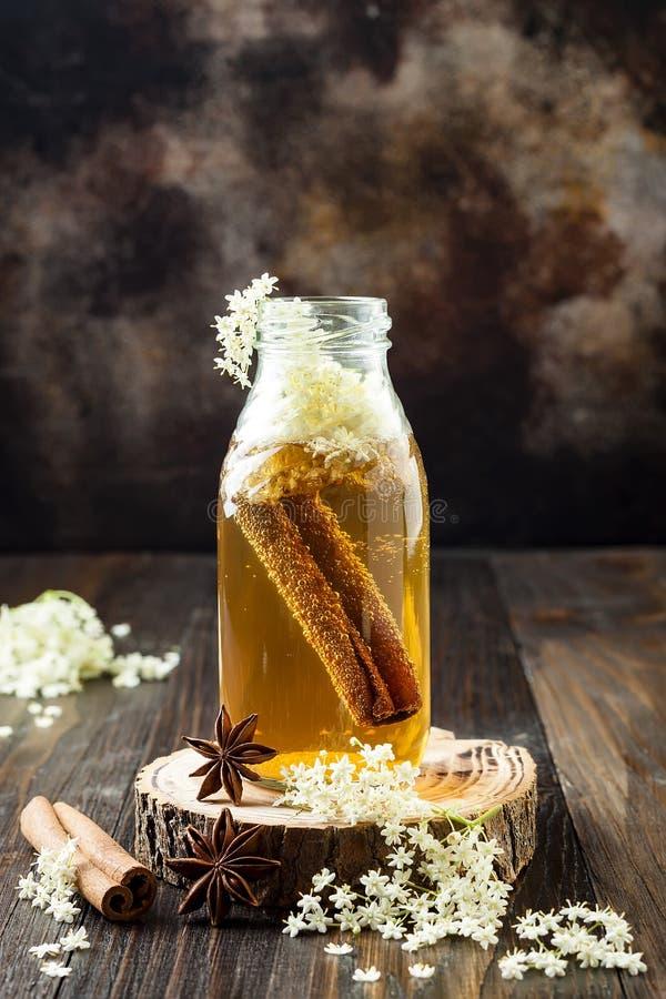 自创被发酵的桂香和姜kombucha茶灌输了elderflower 健康自然前生命期的调味的饮料 库存照片