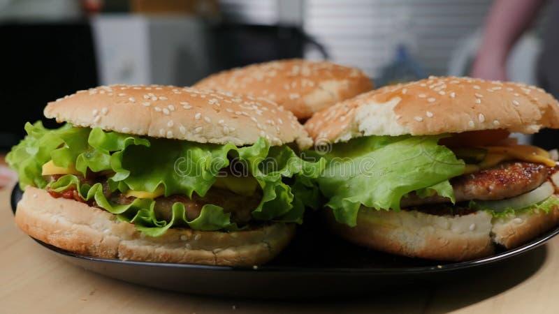自创被拉扯的猪肉汉堡用凉拌卷心菜和bbq调味汁 五颜六色,黑暗 库存图片