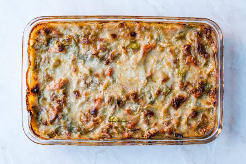 自创被烘烤的菜焦干酪/砂锅用乳酪在玻璃碗 免版税图库摄影