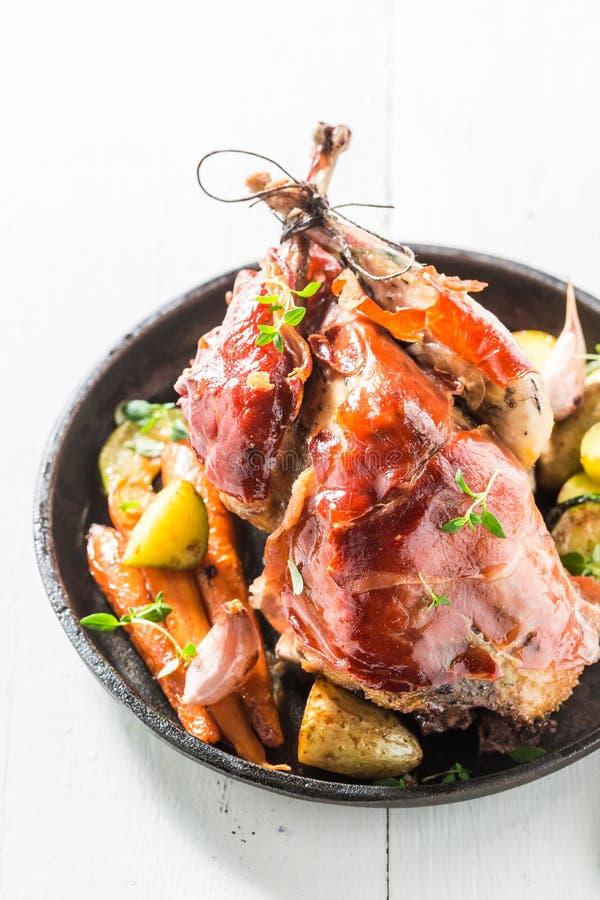 自创野鸡用烟肉和菜和香料 图库摄影