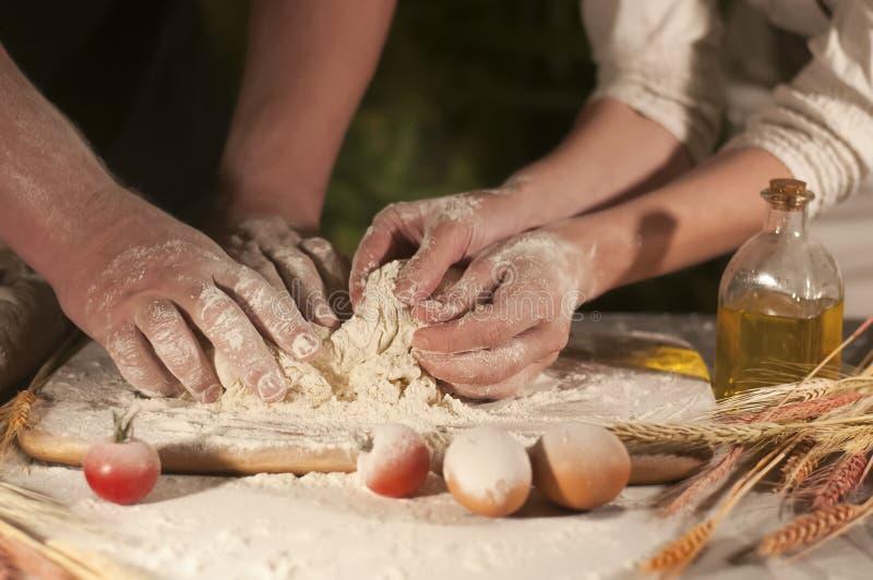 自创面团的面粉,面包店,烹调家庭薄饼 免版税库存图片