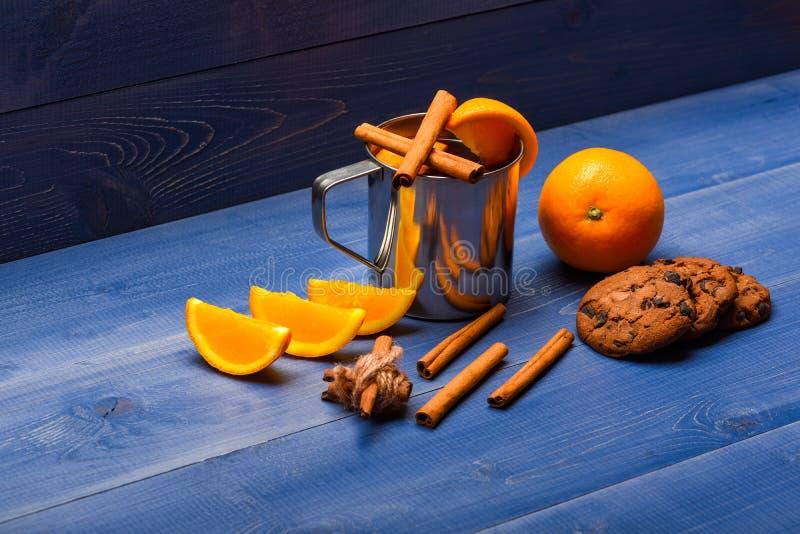 自创饮料概念 饮料或饮料用桔子和桂香 被仔细考虑的酒和健康甜款待 杯子与 库存照片
