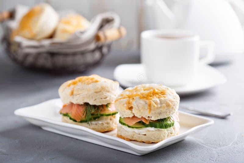 自创饼干用乳脂干酪和熏鲑鱼 免版税库存照片