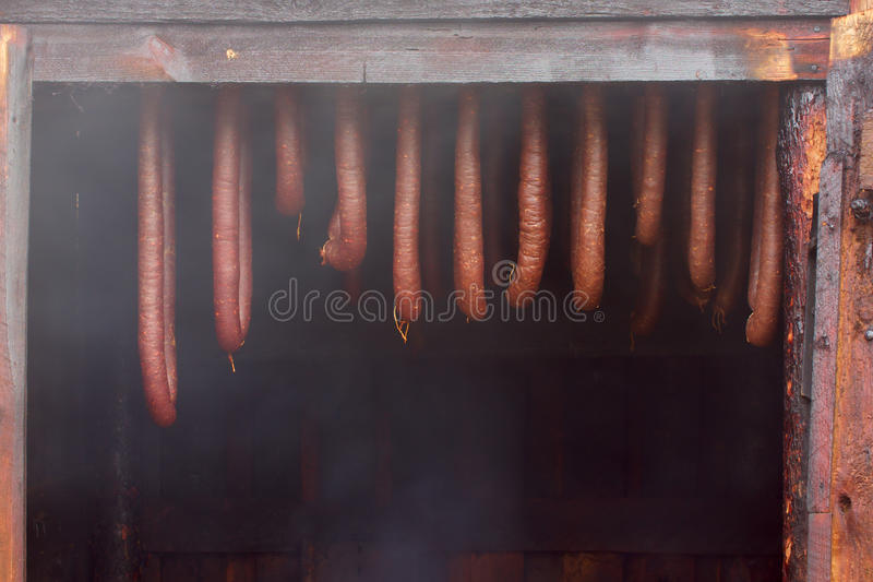 自创香肠熏制的村庄 免版税库存照片