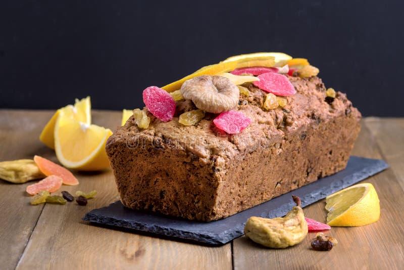 自创鲜美果子蛋糕蛋糕用干果和胡说的木背景 库存图片