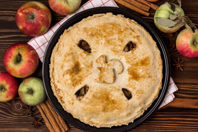 自创鲜美苹果饼用苹果和香料木背景顶视图未加工的苹果Cinnamone棍子关闭  库存照片