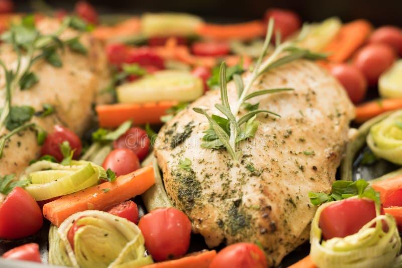 自创鸡用西红柿和芦笋 库存图片