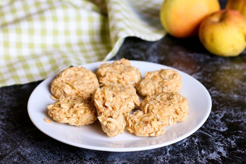 自创麦甜饼用苹果一顿健康早餐 免版税图库摄影
