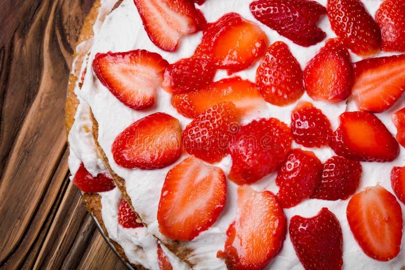 自创素食主义者草莓夹心蛋糕 免版税图库摄影