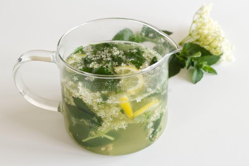 自创elderflower在一张木桌上的柠檬水用柠檬和elderflower 夏天寒冷和,刷新的饮料 免版税图库摄影