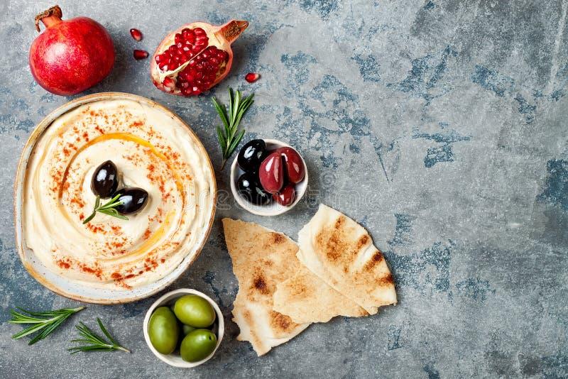 自创hummus用辣椒粉,橄榄油 中东传统和地道阿拉伯烹调 Meze党食物 免版税库存图片