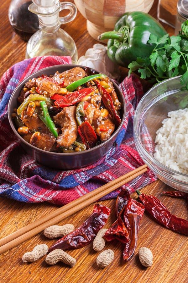 自创Kung Pao鸡用胡椒和菜 免版税库存照片
