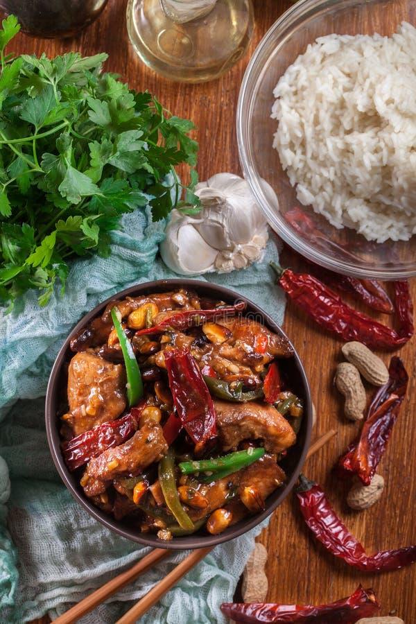 自创Kung Pao鸡用胡椒和菜 免版税库存图片
