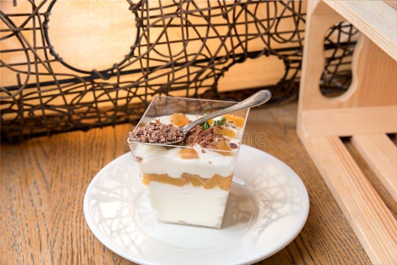 自创mascarpone奶油甜点和切好的开心果用莓果 库存图片