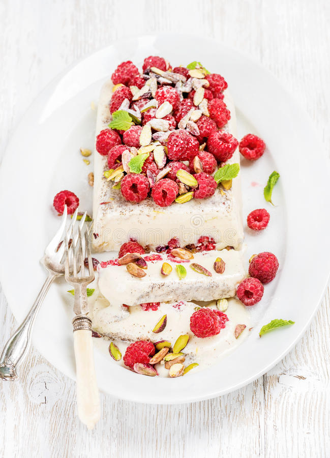 自创semifreddo用开心果、莓和薄荷叶 免版税库存图片