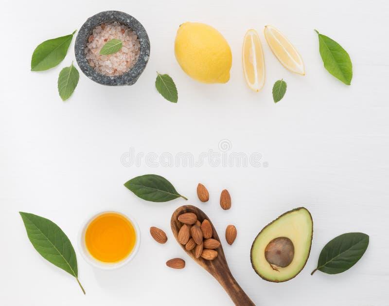 自创skincare和身体洗刷与自然成份almon 免版税库存图片