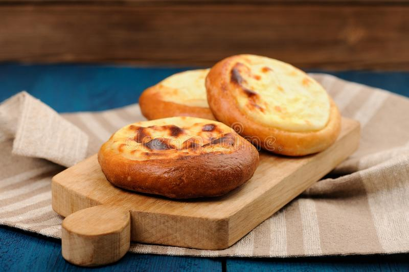 自创vatrushka,俄国酥皮点心用在木的酸奶干酪 库存照片