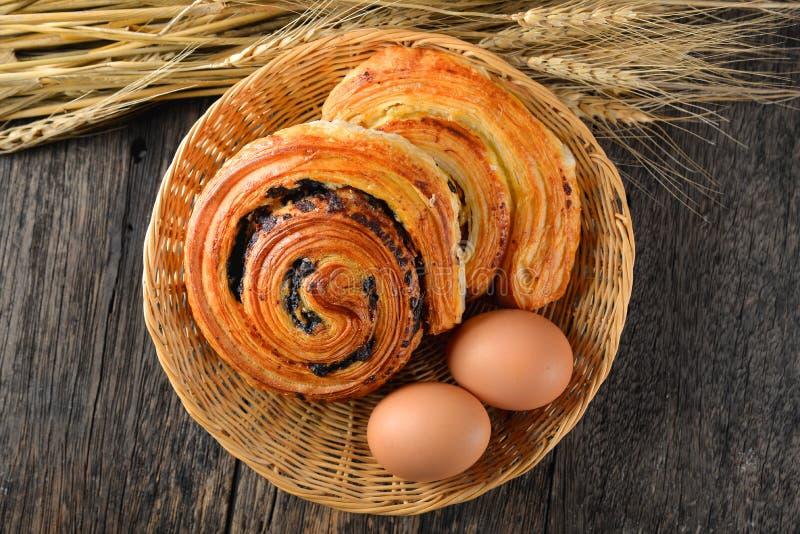 自制丹麦糕点在篮子里;自上而下;在木桌上 免版税库存图片