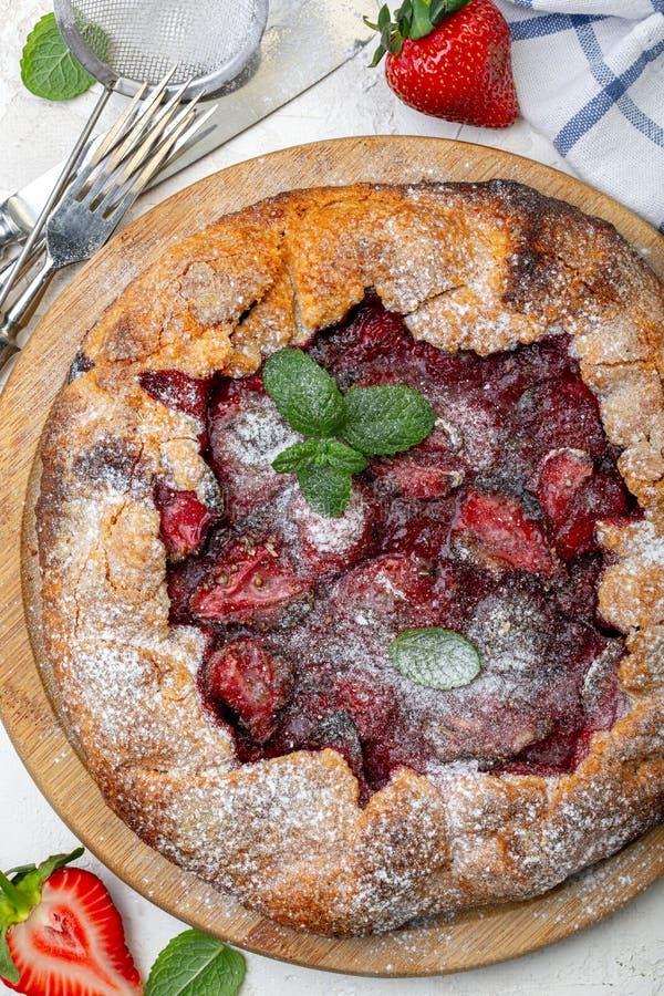 自制夏日派,配草莓和罗勒 免版税库存图片