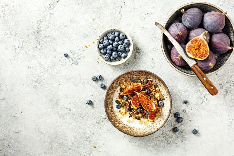 自制燕麦,配酸奶和蓝莓 健康早餐 免版税库存图片